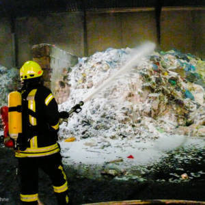 Abfälle auf Recyclinghof brennen