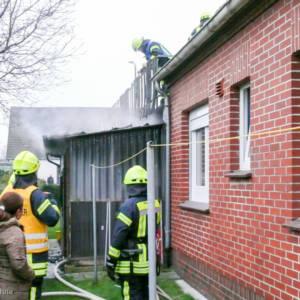 Holzanbau von Wohnhaus brennt