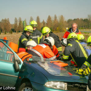 Frau nach Verkehrsunfall im Auto eingeklemmt