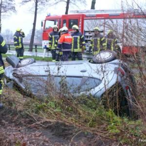 Verkehrsunfall: Autofahrer landet im Straßengraben