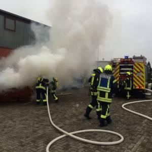 Container gerät auf Firmengelände in Brand