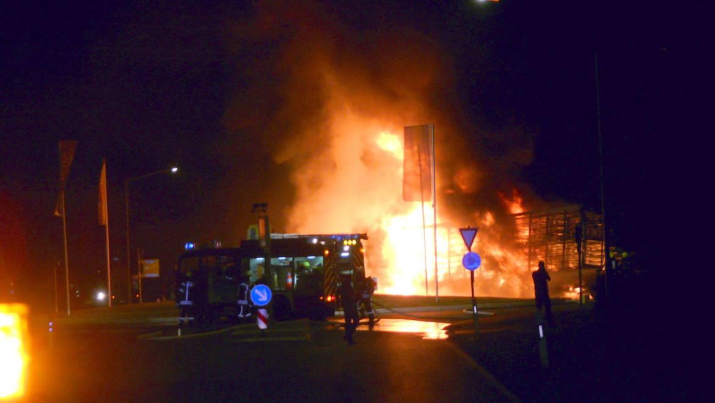 Lastwagen brennt im Kreisverkehr in Lohne