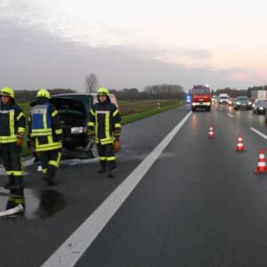 Feuerwehr Lohne löscht brennendes Auto auf der Autobahn