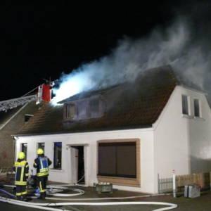 Unbewohntes Haus an der Bakumer Straße brennt
