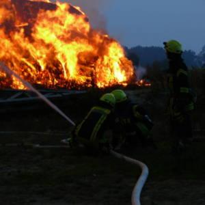 Stroh- und Heurundballenlager mit 3500 Ballen brennt in Brockdorf
