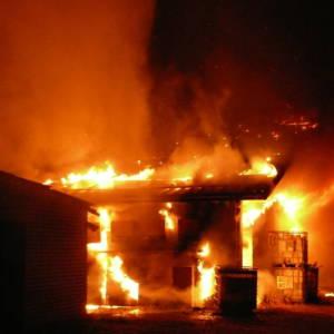 Großbrand: 270 Heuballen verbrennen in Scheune in Bokern
