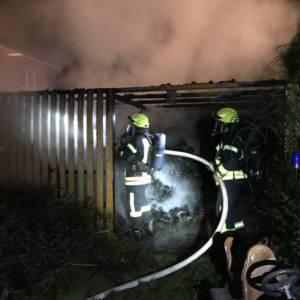 Feuerwehr Lohne löscht brennende Gartenhütte