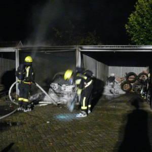 Auto brennt in Garage