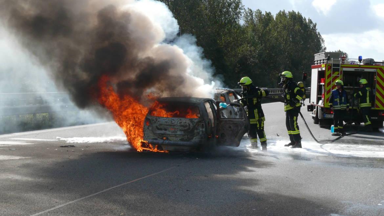 Zwei Autos brennen nach Verkehrsunfall