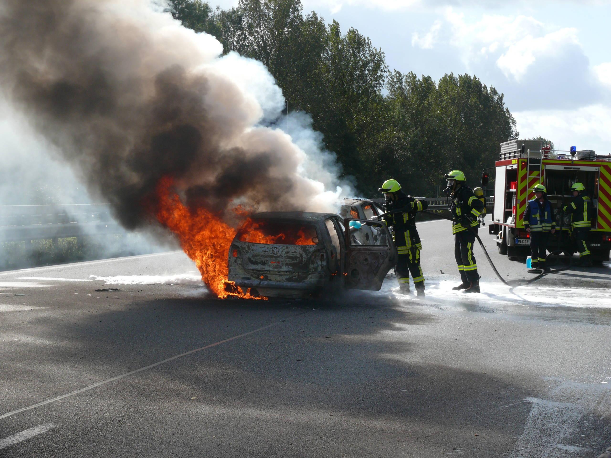 Pkw-Brand nach Verkehrsunfall auf der Autobahn