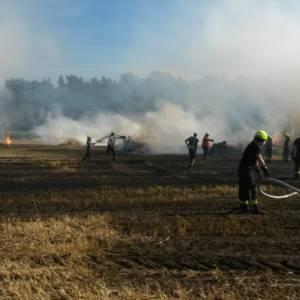 Strohballen brennen auf Feld
