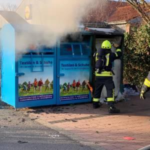 Container für Altkleider brennt