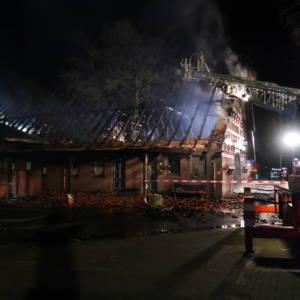Wohnhaus an Tischlerei brennt