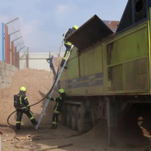 Maschine auf Recyclinghof brennt