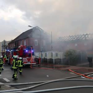 Leerstehendes Wohn- und Geschäftshaus brennt