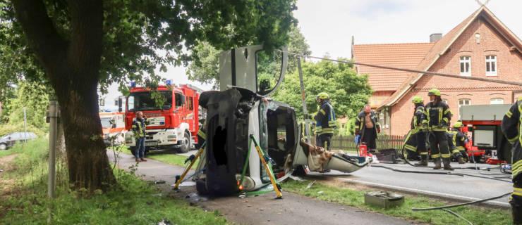 Kleintransporter prallt gegen Baum