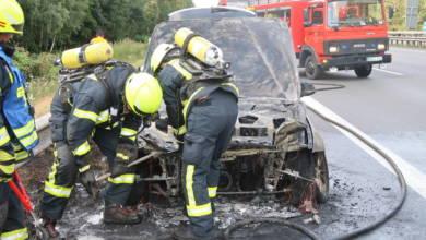Auto brennt auf der Autobahn 1
