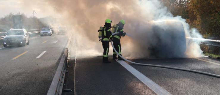Auto brennt auf der Autobahn