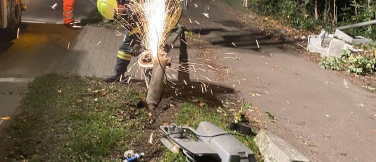 Umgestürzter Baum und Laterne nach Verkehrsunfall
