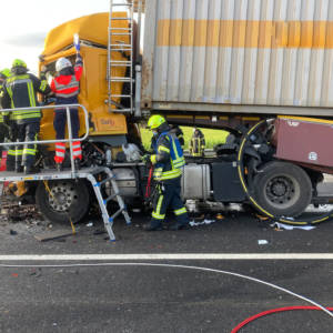 Lkw-Fahrer nach Verkehrsunfall eingeklemmt