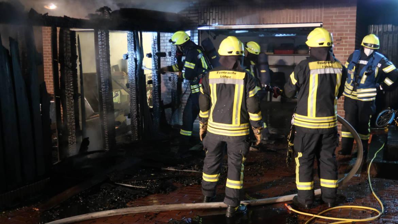 Holzzaun an Garage brennt