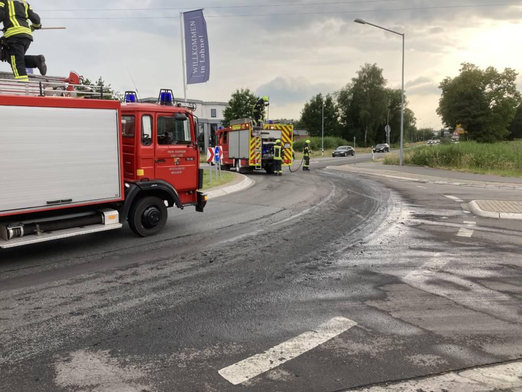 Die Feuerwehr Brockdorf entfernt eine Güllespur auf der Dinklager Straßeauf der Dinklager Straße