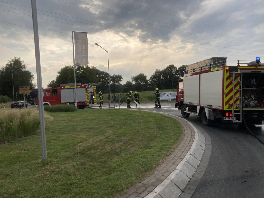 Die Feuerwehr Brockdorf entfernt eine Güllespur auf der Dinklager Straße